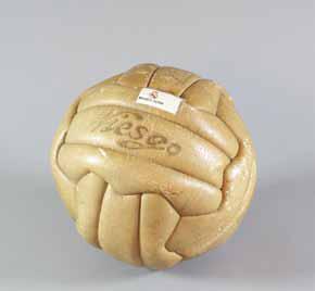 284 Ballon en cuir WIESGO, adjugé 2000 euros